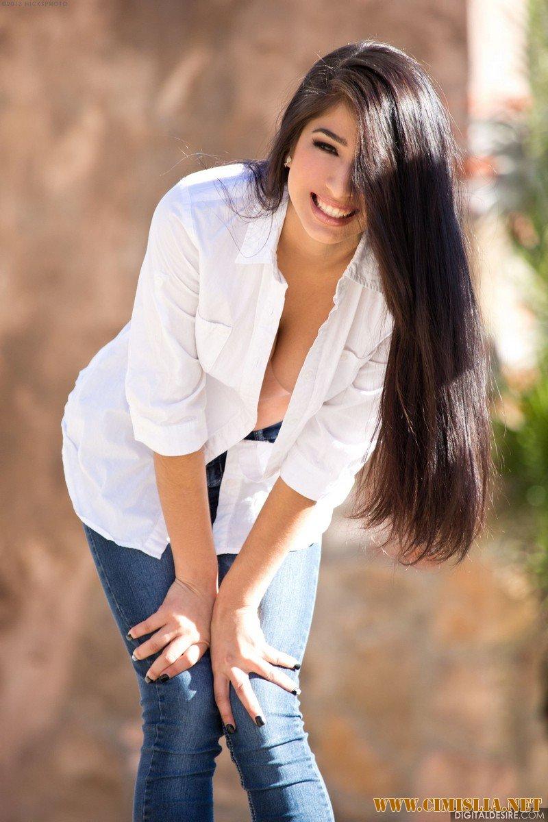 Фотосессия девушек брюнеток в джинсах 14 фотография